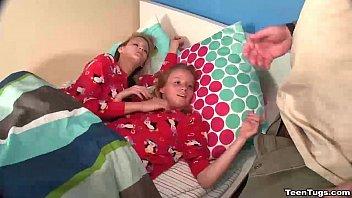 เอากับลูกแฝด เย็ดลูกแฝด เด็ก อมนกเขา หนังโป๊ฝรั่ง